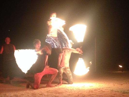 """Om kvelden dukker såkalte """"flame boys"""" opp foran strandbarene. De fortjener tips for jobben de gjør, jeg synes altfor mange turister satt og så på og koste seg - uten å legge igjen en eneste baht ..."""