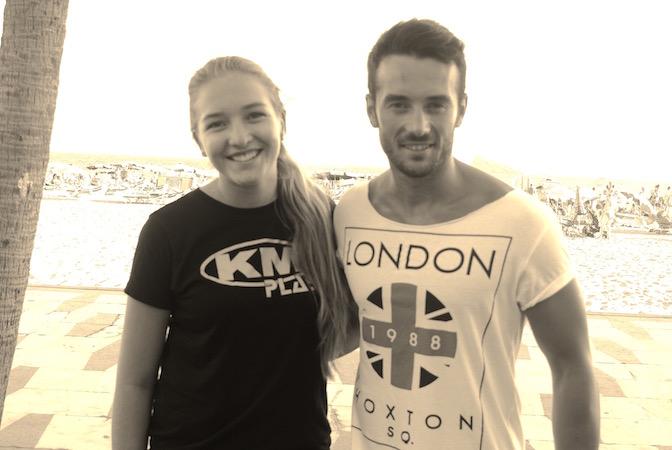 Diana og Adrian har sommerjobb ved KM Beach Club i Benidorm. De mener strendene og festingen er det beste byen har å by på. Adrian er snart ferdigutdannet jurist, og håper å få jobb i Tyskland, ettersom det er vanskelig å få jobb i Spania.