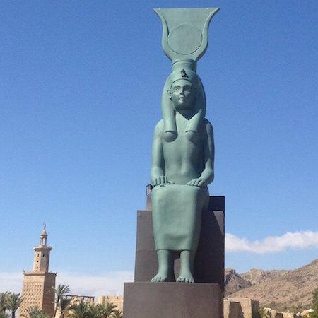 Egyptisk statue i Terra Mitica.