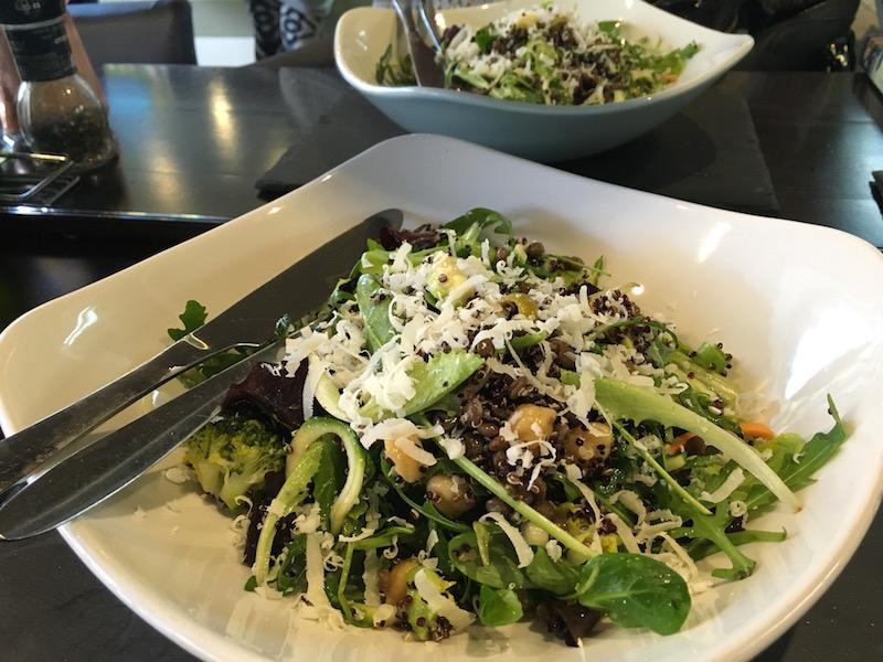 """Hos Pure kan du sette sammen dine egne, supergode og supersunne salater. En """"liten"""" porsjon var mer enn nok for meg!"""
