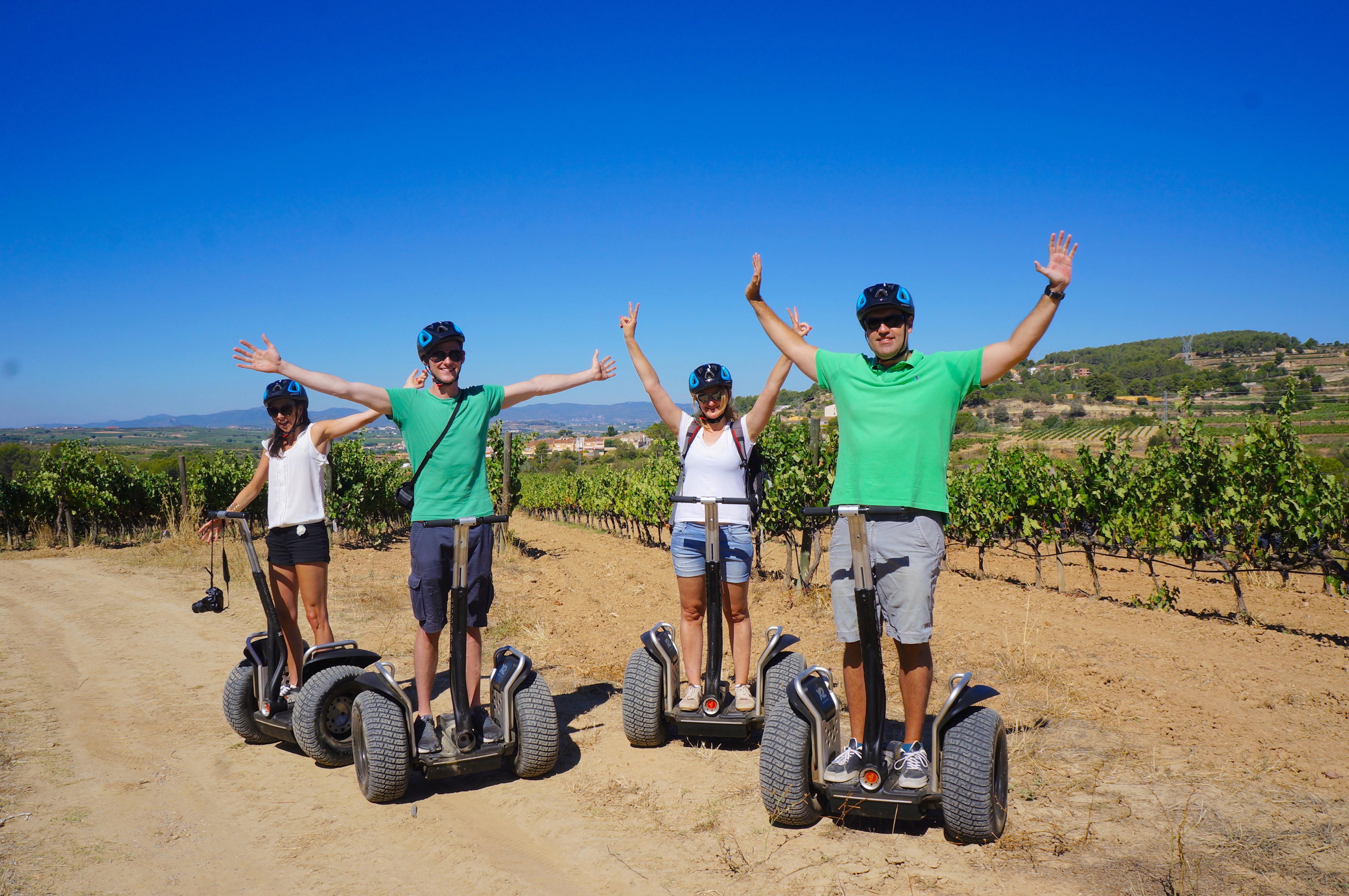 Fire turister på Segway-tur gjennom økologisk vingård