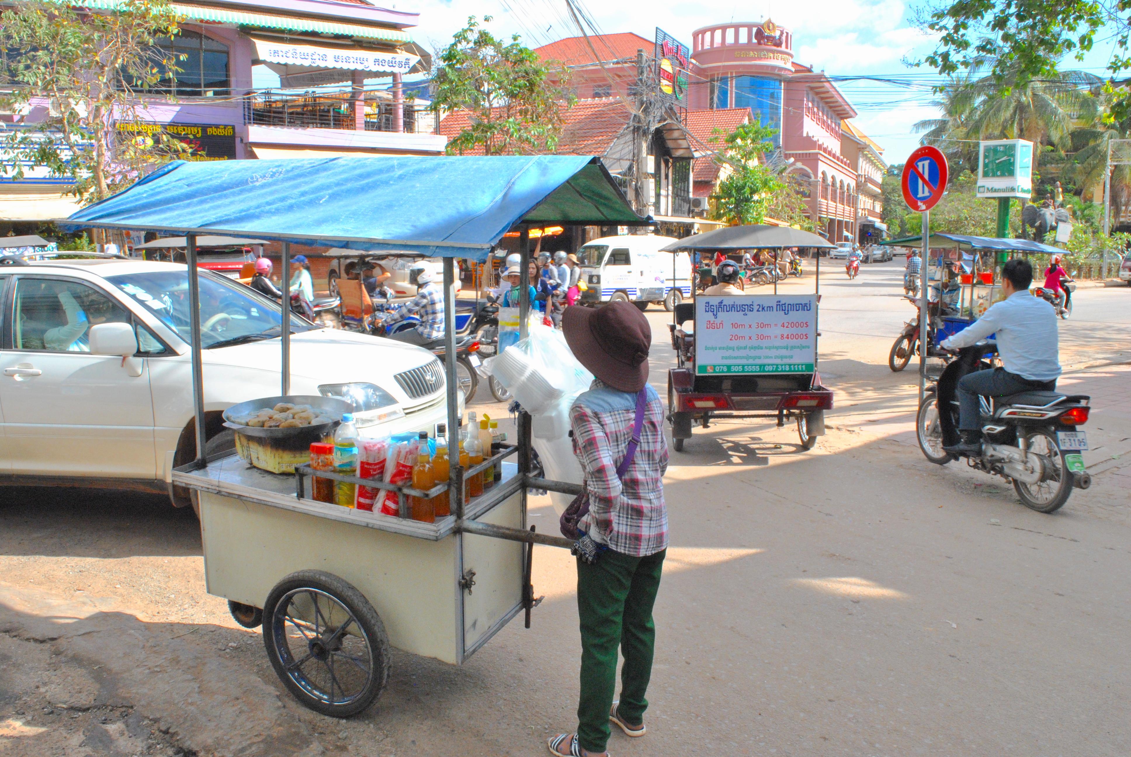 En av mange trillende matboder i Siem Reap.