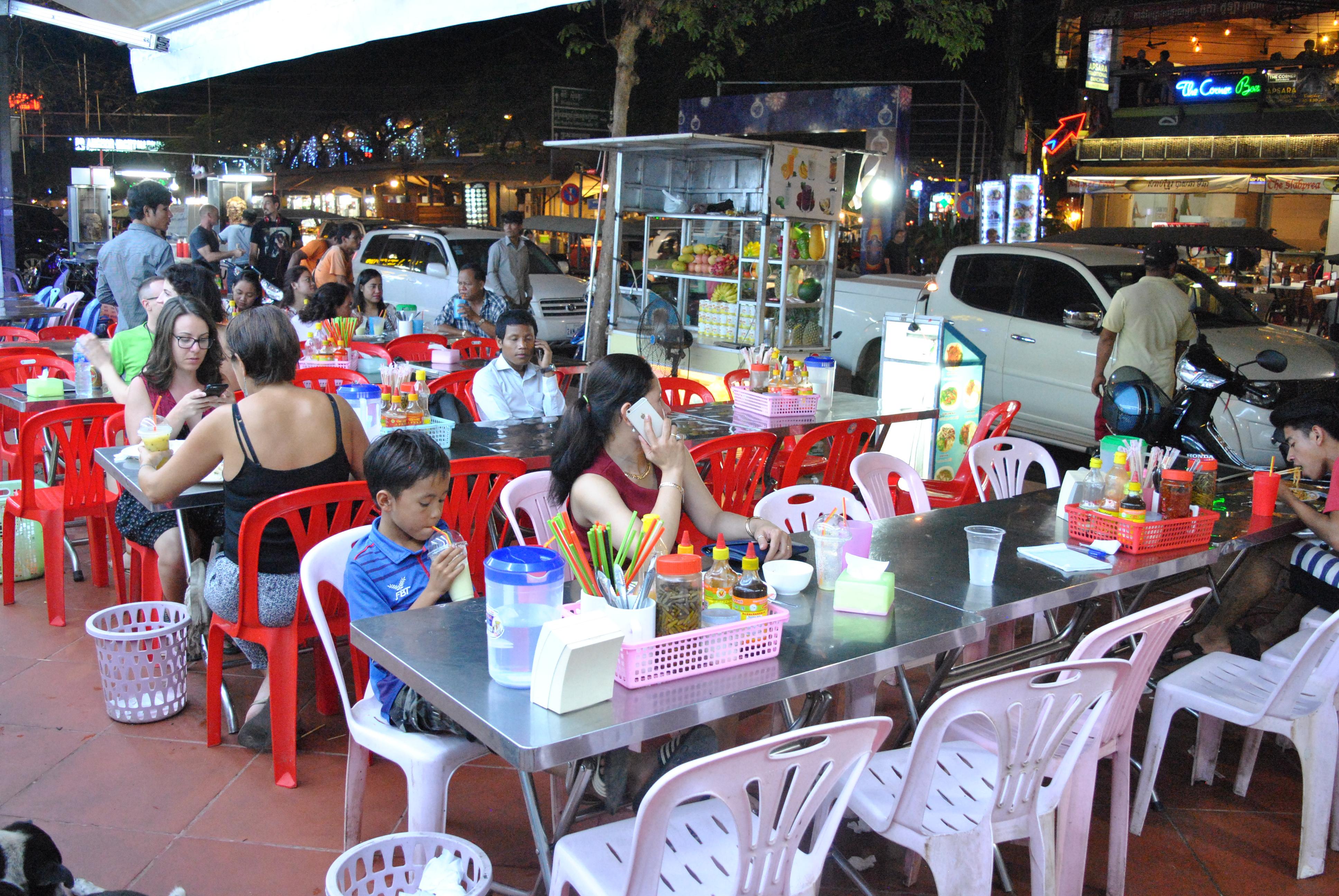 En av mange utendørs-restauranter i Siem Reap.