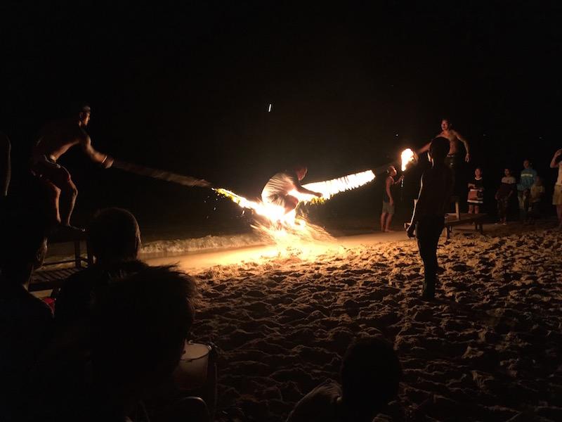Underholdning med brennende hoppetau på stranden i Sihanoukville om kvelden.