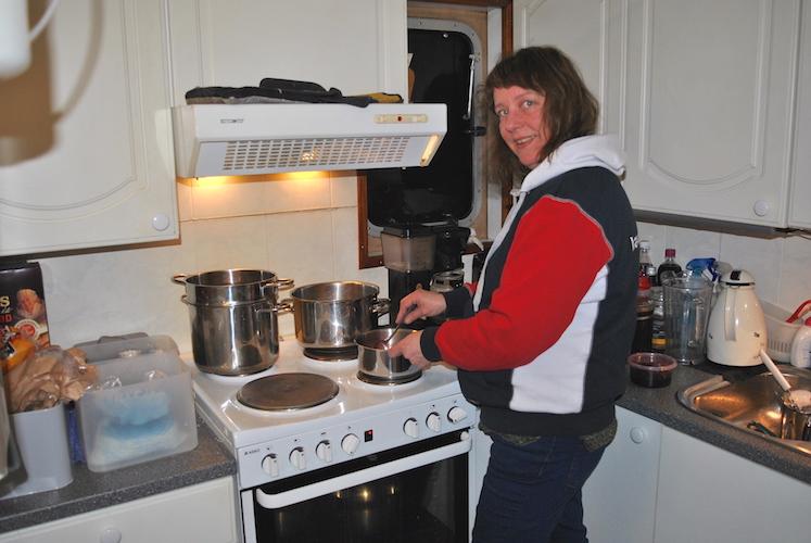 På båtens kjøkken, eller bysse, tilbereder Gulli Monika kveldens middag.