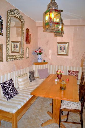 Hotellets første etasje har et hyggelig fellesområde med spisebord og sofa samt magasiner og reisebøker.