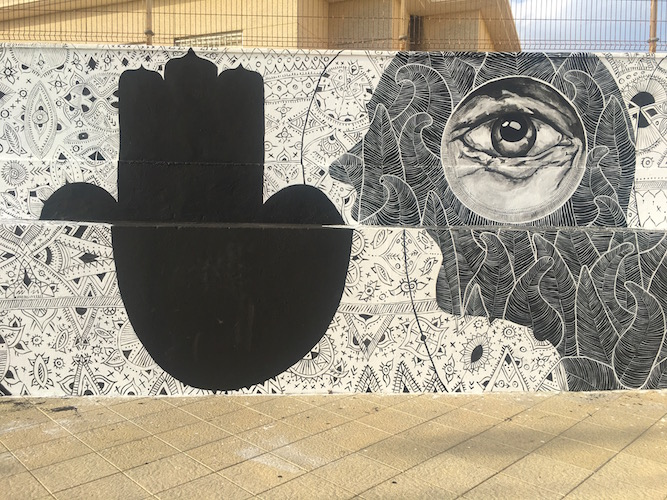 Veggmaleri i Tarifa som antyder at Marokko og Afrika ikke er langt unna.