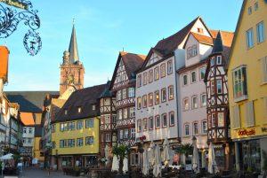 Markedsplassen i Wertheim. Her har innbyggerne drukket kaffe, handlet, skravlet, sladert, nytt livet og spionert på hverandre i flere hundre år!