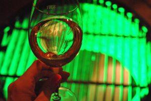 Aldri før har vi drukket vin og kikket ned i et fangehull samtidig ...