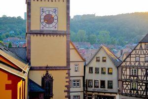 Utsikt over byen på vei opp til borgen.
