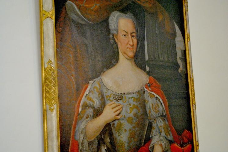 Da slottet var i bruk hadde menneskene andre skjønnhetsidealer enn i dag. Kvinner skulle gjerne ha et maskulint ansikt med stor nese, derfor sørget kunstneren for å male denne litt større enn i virkeligheten. Høyt hårfeste var et tegn på intelligens, så også her ble det gjerne jukset litt …