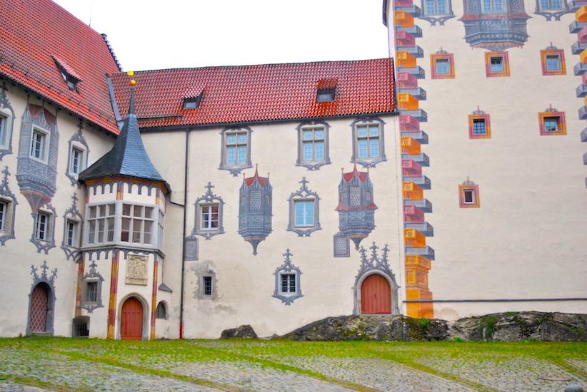 Mange av bygningene i Füssen har påmalte vinduer, murstein, balkonger og lignende,