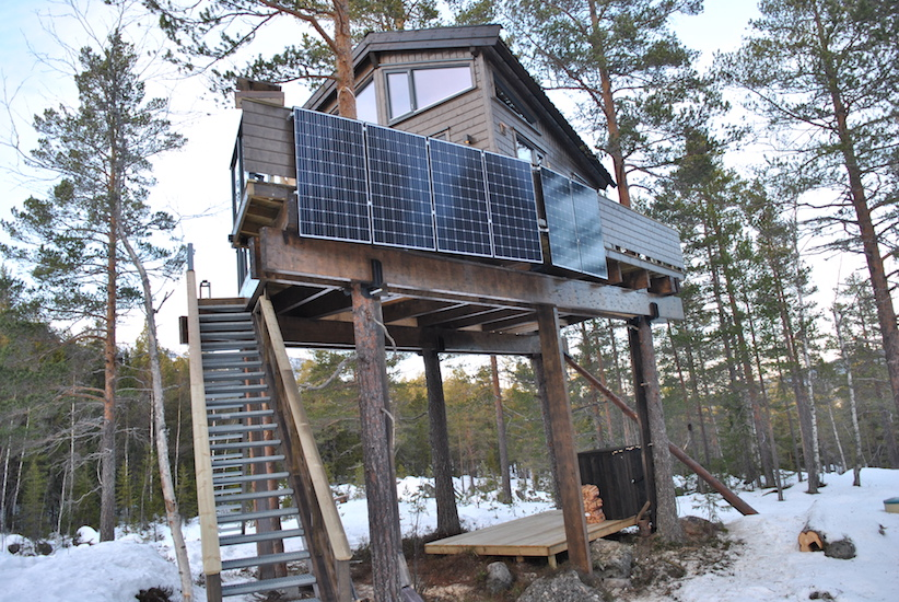 Hytten får strøm fra solcellepanel og aggregat.