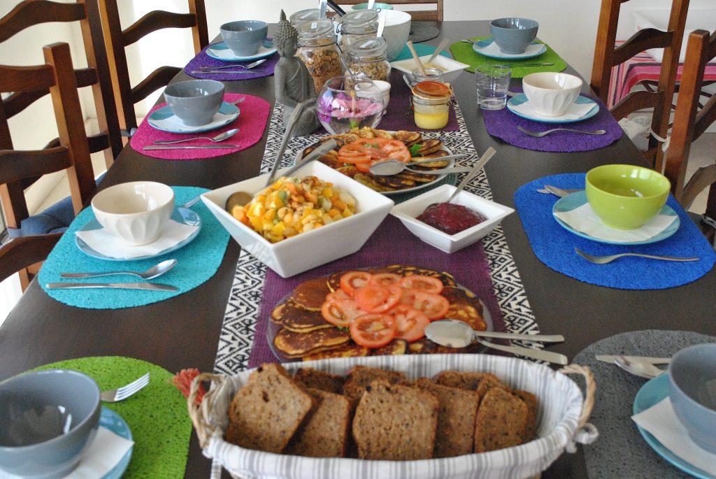 Deilig og variert hjemmelagd vegetarmat ble servert til frokost hver dag og to middager.