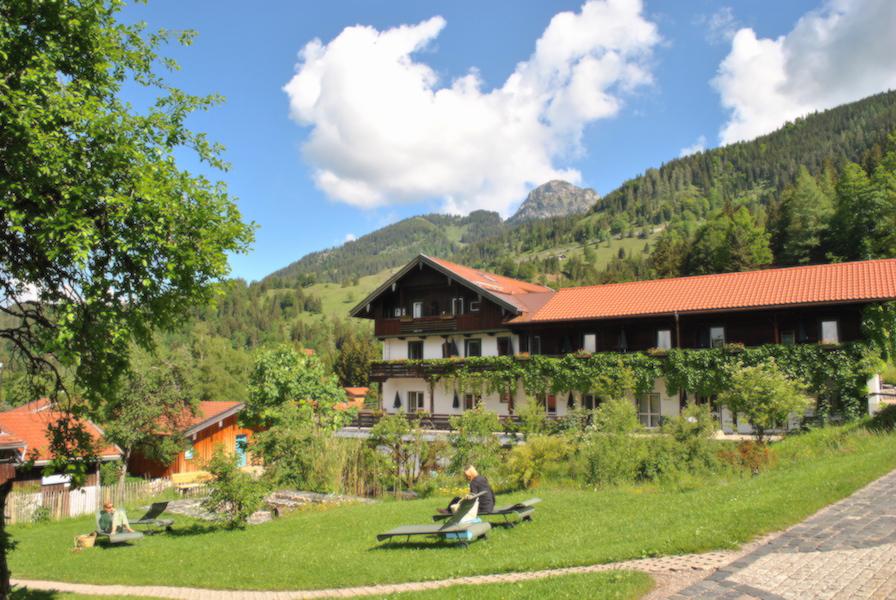 Tannerhof er et gammelt og tradisjonsrikt familiehotell, men fremstår som velholdt og ikke slitt. Det er høy kvalitet på mat og behandlingene som tilbys. Stedet driftes på på mest mulig naturlig og miljøvennlig måte. Prisene er som i Norge