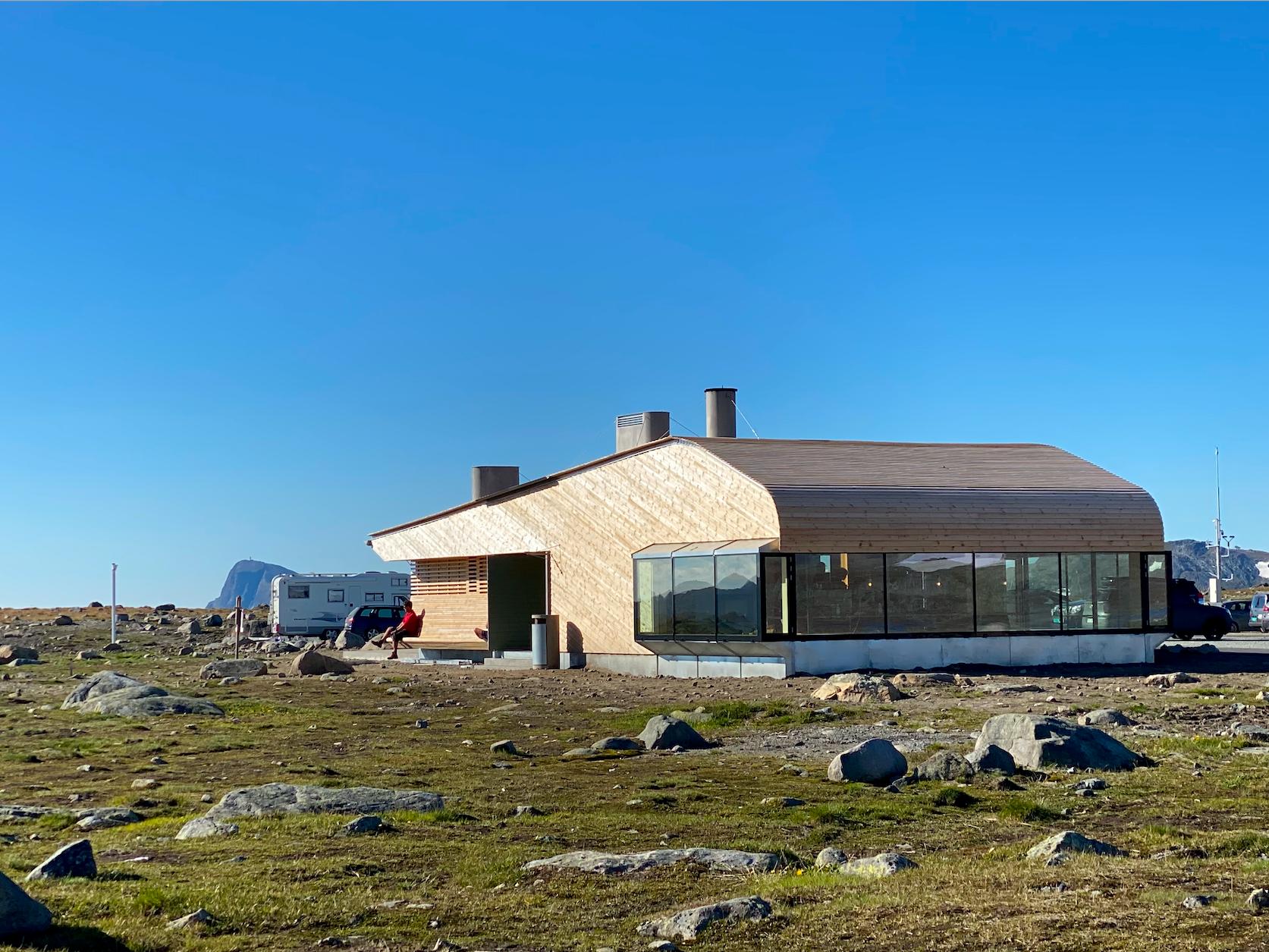 """Turistforeningens nye kafé """"Flya 1389"""" ligger ved Valdresflya. Godt med parkering utenfor."""