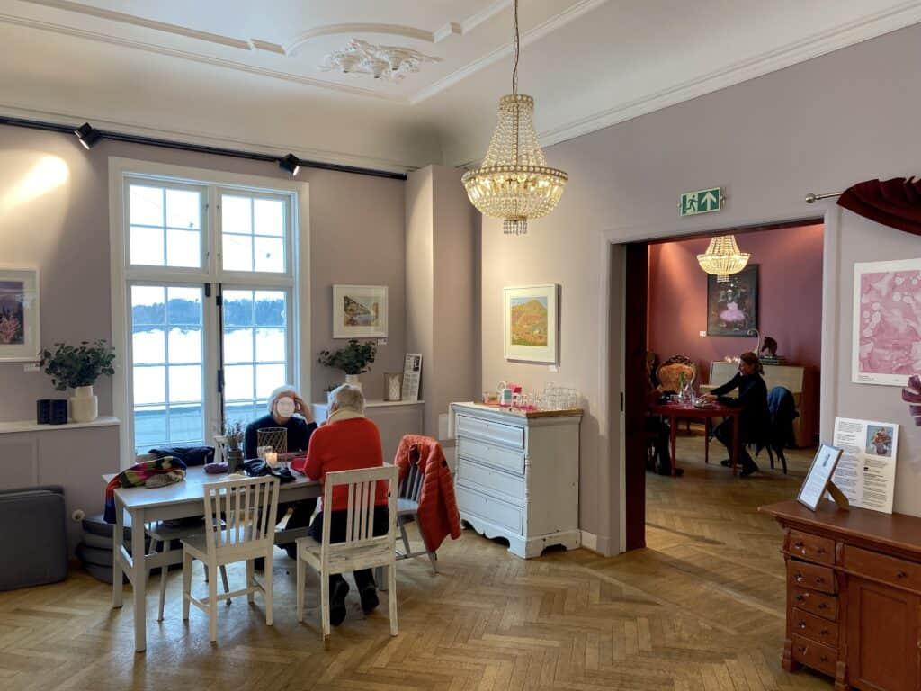 En av stuene i Sjøholmen kafé i Bærum.