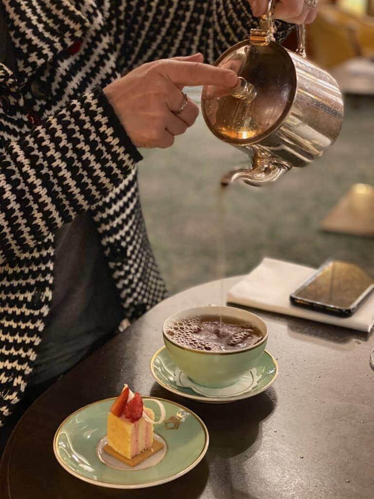 Skjenking av te under afternoon tea i Oslo.